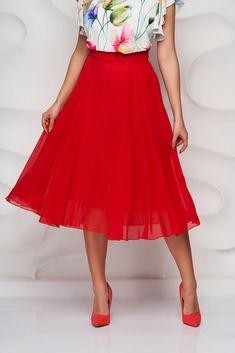 Fusta midi cu croiala in clos cu talie inalta, inchidere cu fermoar la spate. Este un model deosebit de usor de asortat in numeroase tinute elegante. Materialul este voal cu o textura fina si cadere usoara oferind un aer clasic-feminin tinutei. Waist Skirt, High Waisted Skirt, Skirts, Model, Fashion, Moda, High Waist Skirt, Skirt