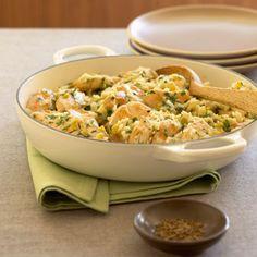 Arroz y pollo; pasas, cebolla, almendra y canela.