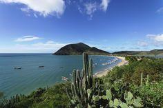 La isla de Margarita está ubicada al sureste del mar Caribe, noreste venezolano, al norte de la península de Araya del estado Sucre. Junto a las islas de Coche y Cubagua, constituye el único estado insular de Venezuela, denominado Nueva Esparta. La isla desempeñó un papel importante en la historia de independencia de Venezuela.