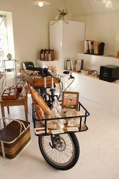 REUSE INSPIRATION   Quando la bicicletta non vuol più saperne di pedalare... si mette in negozio come banco del pane!