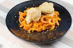 Zur Abwechslung gibt es Spaghetti aus Süßkartoffel, dazu glutenfrei & fettarm gebackenen Blumenkohl.