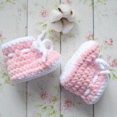 Вязаные пинетки для новорожденных Crochet Baby Boots, Crochet Baby Sandals, Booties Crochet, Crochet Baby Clothes, Loom Knitting Patterns, Crochet Blanket Patterns, Filet Crochet Charts, Baby Slippers, Baby Crafts