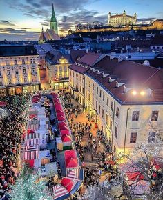 Christmas Market in Bratislava - Slovakia ✨🎄🎄🎅🏻🎅🏻✨ Picture by ✨✨ . for a feature 🌲 Napoleon Hill, Monuments, Best Summer Holiday Destinations, Christmas Tv Shows, Bratislava Slovakia, Fairytale Castle, Travel Abroad, Wonderful Places, Budapest