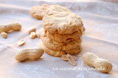 Questi gustosi e friabili biscotti con le arachidi sono buonissimi con una tazza di tè. Si preparano in mezz'ora e vedrete che un biscotto tira l'altro!