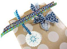 Geschenke verzieren ganz einfach mit Stoffstreifen Candy Cards, Candies, Embellishments, Wrapping Gifts, Gift Cards, Threading, Ribbons, Simple