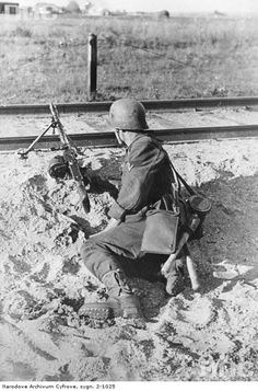 MG 34 gunner eastern front 1941 German Soldiers Ww2, German Army, Mg34, German Uniforms, Military Uniforms, Germany Ww2, Ww2 Photos, Military Pictures, Panzer