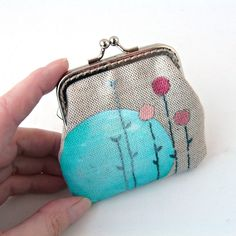 Peněženka+mini+Něžné+jaro+Peňaženka+či+taštička+na+drobnosti,+šperky,+lieky+a+podobne.+Nejmenší+typ+peněženek+které+vyrábím.+Ušita+je+je+z+režního+plátna+-+50%+len,+50%+bavlna+-+malovaná+kvalitními+barvami+na+textil,+ktoré+byli+zafixovány+pri+maximálně+vysoké+teplotě.+Květy+jsou+vyšity+ručně.+Podšitá+je+USA+bavlněnou+látkou+a+pevne+vystužená...