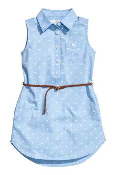 Sleeveless shirt dress in a patterned cotton weave with a collar, button placket, chest pocket, side pockets and a rounded hem. Slightly longer at the back. Frocks For Girls, Kids Frocks, Little Girl Dresses, Girls Dresses, Baby Dress Design, Frock Design, Baby Girl Fashion, Kids Fashion, Mode Glamour