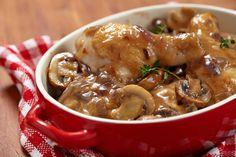 Préparation: 1. Coupez le poulet en morceaux;lavez et coupez les champignons de Paris en 4. 2. Faites fondre le beurre dans une cocotte à feu vif. Faites dorer les morceaux de poulet de chaque cô…