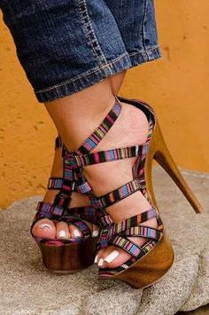These wedgey-heels are super cute for a summer holiday | | Stylish outfit ideas for women who follow fashion.