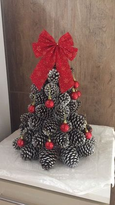 Christmas Dyi Crafts, Diy Christmas Decorations Easy, Christmas Centerpieces, Rustic Christmas, Christmas Projects, Christmas Wreaths, Christmas Ornaments, Christmas Tree, Tree Decorations