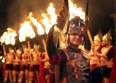 En Escocia una procesión de portadores de antorchas recorre la ciudad junto a filas de gaiteros.