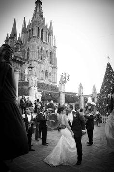 #boda #sanmigueldeallende #hotelcasadeaves #casadeaves #wedding #bodadestino #weddingphotography #pilaricaphoto #callejoneada