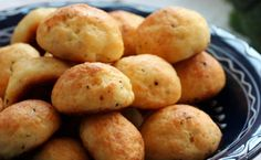 Baked cheese balls are simple and fast to make and turns into a delicious cheese appetizer. You can fry the cheese balls as well but baking is healthier. Great Recipes, Snack Recipes, Cooking Recipes, Favorite Recipes, Snacks, Cheese Recipes, Yummy Recipes, Baked Cheese, Cheese Bread