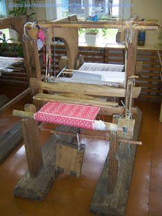 Старинный деревянный ткацкий станок