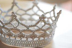 Love this petite crown - #crochet, Free Pattern, party, queen, #haken, gratis patroon (Engels), Ravelry, kroon, feest, verjaardag, koningsdag, #haakpatroon