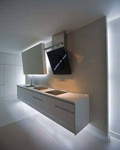 Cocina blanca volada con iluminación indirecta
