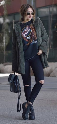 street style: ripped jeans + printed top / grunge outfit
