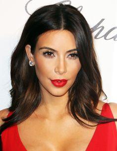 Focus sur cette technique de maquillage qui permet de redessiner le visage et de corriger ses défauts en quelques coups de pinceaux. http://www.elle.fr/Beaute/Maquillage/Tendances/Maquillage-connaissez-vous-le-contouring-cher-a-Kim-Kardashian-2699896