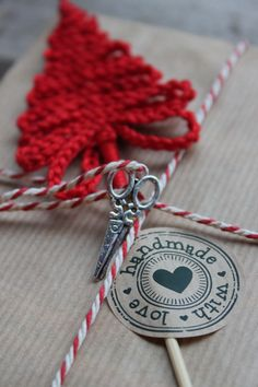Kerstboompje van een ketting van lossen op een satéprikker, leuk als versiering op een kerstcadeautje, kerstkaart Christmas Cards To Make, Christmas Crafts, Christmas Ornaments, Christmas Gadgets, Crochet Ornaments, Crochet Cross, Yarn Bombing, Christmas Knitting, Xmas Decorations