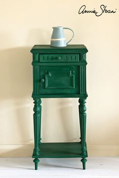 Annie Sloan Chalk Paint Colors, Chalk Paint Wax, Annie Sloan Paints, Green Painted Furniture, Annie Sloan Painted Furniture, Chalk Paint Furniture, Annie Sloan Farbe, Painted Side Tables, Vintage Side Tables