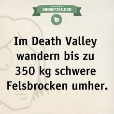 Niemand weiß genau, warum das so ist. Hypothesen & cooles Foto: http://www.unnuetzes.com/wissen/10703/death-valley-felsbrocken/