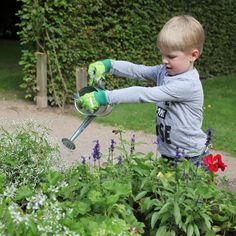 Le printemps, c´est la renaissance... Des plantes et des fleurs aux couleurs magnifiques enchantent les yeux des petits. Les gants protègent les petites menottes des épines, des ronces et de la terre. Dans le jardin ou dans les bacs à fleurs du balcon, les enfants pourront démontrer qu´ils ont la main verte avec cette paire de gants de jardinage adaptée à leurs petites mains ! Fallen Fruits, Esschert Design, Vans Kids, Gardening Gloves, Child Love, Outdoor Power Equipment, Fun, Prints, Renaissance