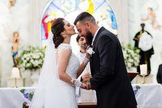 noiva da um beijo na testa do noivo