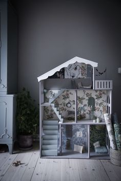 Lovely dollhouse in the home of Anna Kubel Belle maison de poupée chez Anna Kubel Baby Bedroom, Kids Bedroom, Barbie Doll House, Kids Corner, Diy Dollhouse, Kid Spaces, Play Houses, Kids Playing, Playroom
