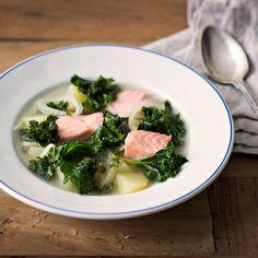 Kirkas lehtikaali-lohikeitto on sitruunaisen raikas. Keitossa maistuu fenkoli. Lehtikaali antaa keittoon kauniin värin ja uutta makua. Syö sekä edullisesti että hyvin. Tämäkin resepti vain n. 2,65 €/annos*.
