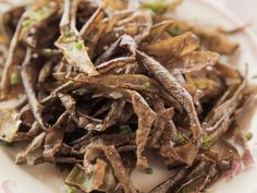 """Roasted Potato Peels (Waste Not, Want Not) - """"The Pioneer Woman"""", Ree Drummond on the Food Network. Pioneer Woman Roast, Pioneer Woman Potatoes, Naan Pizza, Veggie Recipes, Appetizer Recipes, Cooking Recipes, Potato Recipes, Snack Recipes, Appetizer Party"""
