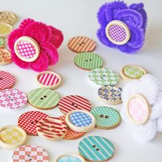 Easy & adorable button rings 💍for little 🖐 Make it click the link. 💡📸: @ellaandanniemagazine #kidscrafts #buttons #orientaltrading