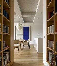 Вид из коридора совстроенными стеллажами для книг на кухню-столовую. Кухняb3, bulthaup.