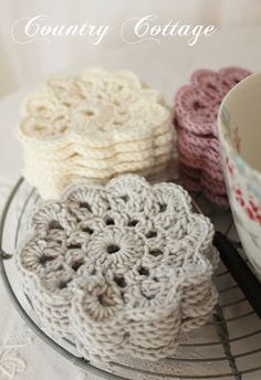 Make flat crochet flowers in bright colors to use as coasters. No pattern - inspiration - Crocheting Atlas Crochet Kitchen, Crochet Home, Love Crochet, Crochet Gifts, Crochet Motif, Crochet Doilies, Crochet Yarn, Crochet Coaster, Lace Doilies