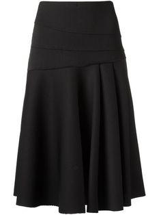 Saia midi texturizada preta. Com cintura média, cós elástico, textura canelado, detalhe de recortes, tecido encorpado e shape solto. Poliéster 100%
