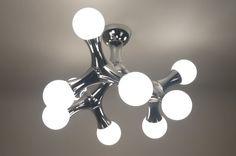 Artikel 67069 Speels en eigenzinnig! Mooie 9-lichts-plafondlamp met een glanzend chromen armatuur. Deze lamp kenmerkt zich door zijn bijzondere vormgeving en zijn mooi gemaakte mat opalen glasbollen. De plafondlamp kan met een gloeilampdimmer gedimd worden. Inclusief: 9x 25 watt G9 230V halogeenlampjes (mat).