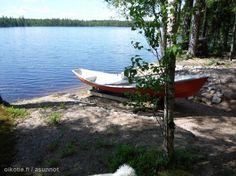Rowing boat / Soutuvene odottamassa soutajaa