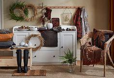 ΙΚΕΑ: Η πολυαναμενόμενη φθινοπωρινή συλλογή HOSTKVALL έρχεται και είναι υπέροχη! #farmhouse #hostkvall #Ikea #ikea2022 #διακοσμητικα #διακοσμητικαμαξιλαρια #ειδησερβιρισματος #έμπνευση #ικεα #ικεα2022 #καταλογος2022 #λευκαειδη #μοντερναφαρμα #νεαπροιοντα #νεοςκαταλογος #ριχτάρια #σκανδιναβικηδιακοσμηση #σκανδιναβικοστυλ ΑΝΑΚΑΙΝΙΣΗ Petits Cottages, Ikea Sortiment, Matte Black Background, Design Ikea, Appartement Design, American Farmhouse, Dinner Themes, Autumn Cozy, Cute Pumpkin
