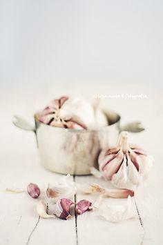 these colors!  off white, variations of rosé/lilac, silver, light gray  ~ Luisa Morón - Fotografía/ Ullakon pehmeämpiä värejä; seiniin valkoista, lisäksi roosaa ja malvanpunaista