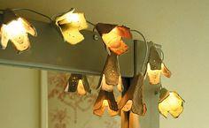 Adorno de luces con cajas de huevos