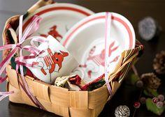 「サーカスラビット」と呼ばれるパターンで、 ウサギがサーカスをしているユニークなデザインとなっており、 真っ赤な色合いがとても賑やかな雰囲気に仕上がったお品です。  アラビア/ARABIA チャイルドコレクション サーカスラビット マグカップ