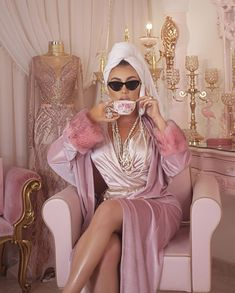 Uploaded by Princesse du bitume. Find images and videos about girl, fashion and beautiful on We Heart It - the app to get lost in what you love. Boujee Aesthetic, Bad Girl Aesthetic, Photographie Glamour Vintage, Vintage Glamour, Mode Rose, Photoshoot Themes, Princess Aesthetic, Everything Pink, Rich Girl
