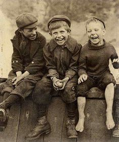 Adorable fotografía de tres niños felices ( - p.) :::::::::: Vintage Photograph :::::::::: Adore this photo of three happy boys by Frank Meadow Sutcliffe Vintage Pictures, Old Pictures, Vintage Images, Old Photos, Vintage Dog, Happy Boy, Happy Together, Vintage Photographs, Beautiful Children