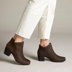 Un Lindel Zip Brown Oily Leather - Clarks® Shoes Official Site Clarks Store, Shoe Boots, Ankle Boots, Casual Trainers, Shoe Shop, Heeled Mules, Casual Shoes, Black Leather, Zip