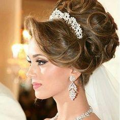 Simple Wedding Hairstyles That Prove Less Is Bridal Hair Updo, Hairdo Wedding, Simple Wedding Hairstyles, Elegant Hairstyles, Wedding Hair And Makeup, Vintage Hairstyles, Hair Makeup, Peinado Updo, Veil Hairstyles