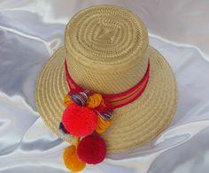 """Sombrero Wayuu vestido con cinturón """"atuluushi"""" , flor con bellota grande y 3 bellotas colgantes pequeñas."""