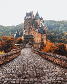 Eltz Castle, Germany  ➖➖➖➖➖➖➖➖➖➖➖➖➖ Photo by: @jacob ➖➖➖➖➖➖➖➖➖➖➖➖➖ Tag your best landscape photos with #travellingthroughtheworld or send them in direct for a chance to be featured