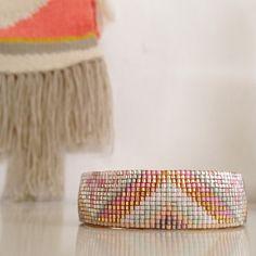 Manchette Miyuki Bead Loom Patterns, Beading Patterns, Seed Bead Jewelry, Beaded Jewelry, Rose Moustache, Bead Loom Bracelets, Bijoux Diy, Loom Weaving, Handmade Bracelets