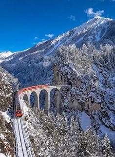 Glacier Express, Switzerland Clique aqui http://mundodeviagens.com/melhores-destinos-sonho-viajantes/ e faça agora mesmo Download do nosso E-Book Gratuito com 30 DESTINOS DE SONHO PARA VIAJANTES