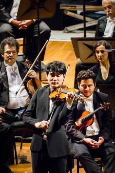 O violinista In Mo Yang, no palco do Theatro Municipal do RJ, com a Orquestra Sinfônica Brasileira. Foto: Cicero Rodrigues